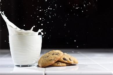 Latte con biscotti, contenenti diversi allergeni